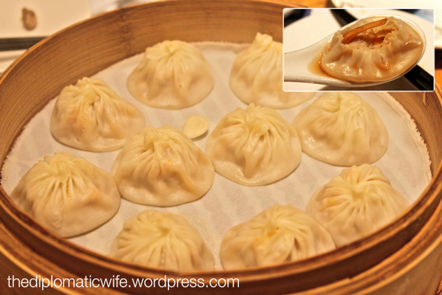 Din Tai Fung Xiao long bao kepiting and ayam or steamed crab meat & chicken dumping