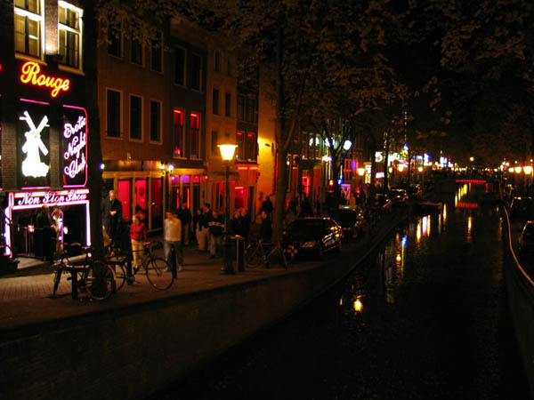 red_light_district_street_and_canal