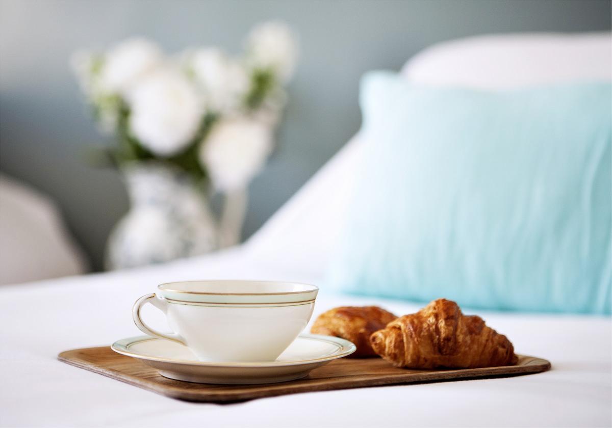 plateau-petit-dejeuner-pose-sur-un-lit-de-l-hotel-henri-a-paris-sizel-158221-1200-849
